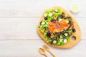 salmão defumado cru com salada de vegetais verdes frescos