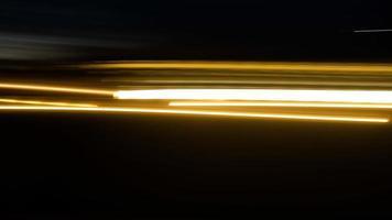 luz desfocada ou trilhas de luz e fundo preto