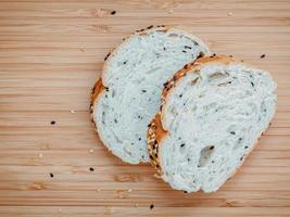 pão fatiado na madeira