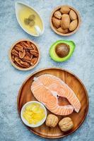 vista superior do salmão e alimentos saudáveis