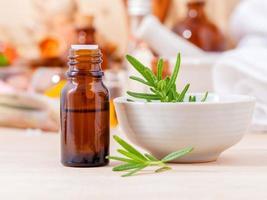 óleo de aromaterapia de alecrim foto