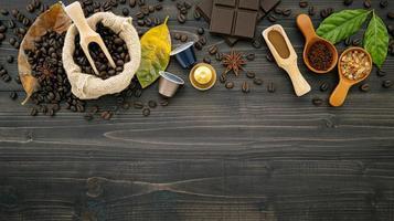 grãos de café em um fundo de madeira escura