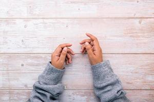 mãos na madeira foto