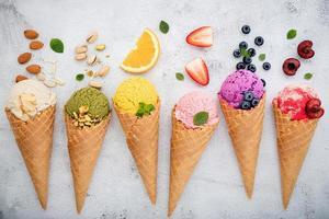 frutas e nozes com sorvete foto