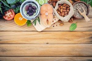 salmão e ingredientes frescos na madeira foto