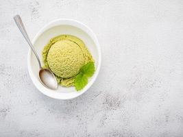 vista de cima do sorvete matcha foto