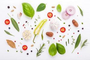 ervas frescas e vegetais em um fundo branco de madeira foto