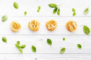 macarrão e folhas de manjericão foto