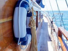 bóia salva-vidas na parede de um veleiro