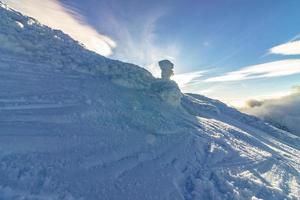monte de neve branca ao sol foto