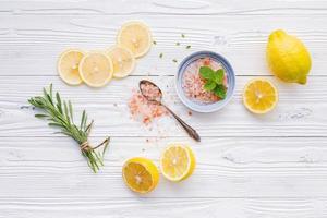 sal, limão e alecrim foto