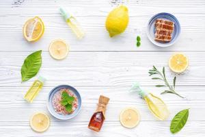 ingredientes naturais em madeira branca foto
