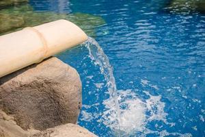 piscina com fonte de bambu