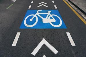 um sinal de trânsito para bicicletas na cidade de bilbao, espanha foto