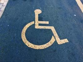 sinal de trânsito para cadeiras de rodas nas ruas de bilbao, espanha foto