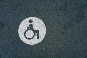 um sinal de trânsito para cadeiras de rodas nas ruas de bilbao, espanha foto