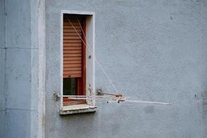 uma janela na fachada azul do edifício na cidade de bilbao, espanha foto