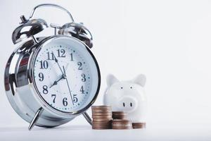 cofrinho economizando com fundo branco de moeda de pilha de dinheiro. conceito de economia financeira