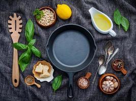 vista superior de uma frigideira com ingredientes frescos foto
