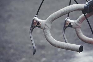 close up de um guidão de bicicleta