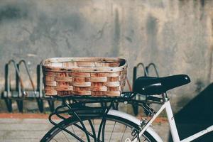 close-up de uma cesta em uma bicicleta
