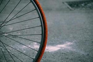 perto de uma roda de bicicleta