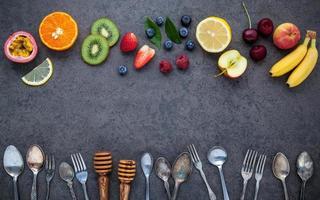 frutas frescas e utensílios