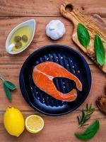 salmão em uma panela