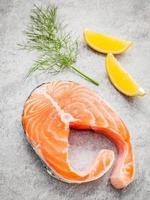 salmão fresco, limão e erva-doce