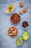 vista superior de alimentos com ômega 3 e gorduras insaturadas em fundo cinza