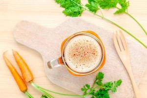 vista de cima de um copo de suco de cenoura