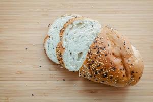 pão fresco na madeira
