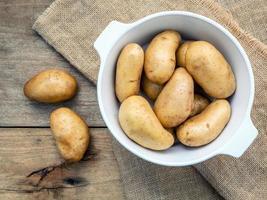 batatas frescas orgânicas em uma tigela foto