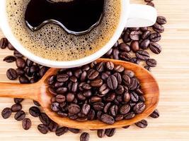 xícara de café e feijão