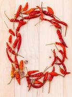 círculo de pimentões vermelhos foto
