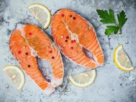 dois filetes de salmão foto