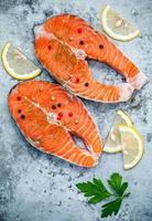 dois filetes de salmão e limão foto