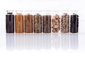 garrafas de especiarias para cozinhar em branco foto