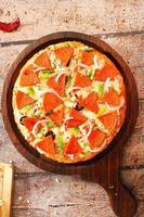 pizza não vegetariana em casca de madeira foto