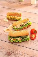 sanduíches submarinos em fundo de madeira