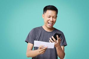 homem feliz por ganhar quando ele verifica os documentos