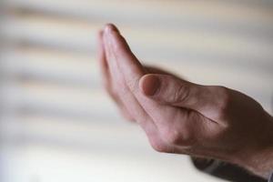 conceito dua islâmico, mãos levantadas para orar a Alá. mão do povo muçulmano rezando com o fundo do interior da mesquita foto