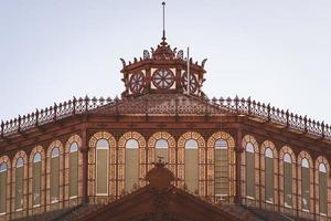 cúpula ornamental de um antigo mercado de ferro fundido