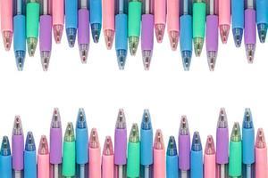 Canetas coloridas com traçado de recorte isolado foto
