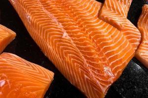 close up da textura de filé de salmão fresco cru foto