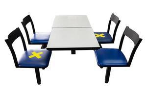 cadeiras com símbolos nos assentos para distanciamento social durante covid-19 foto