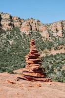 formação de rocha marrom e cinza foto