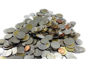 moedas de baht tailandês em fundo branco foto