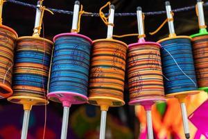carretéis de fios coloridos pendurados