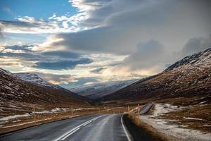 estrada nevada na Islândia foto